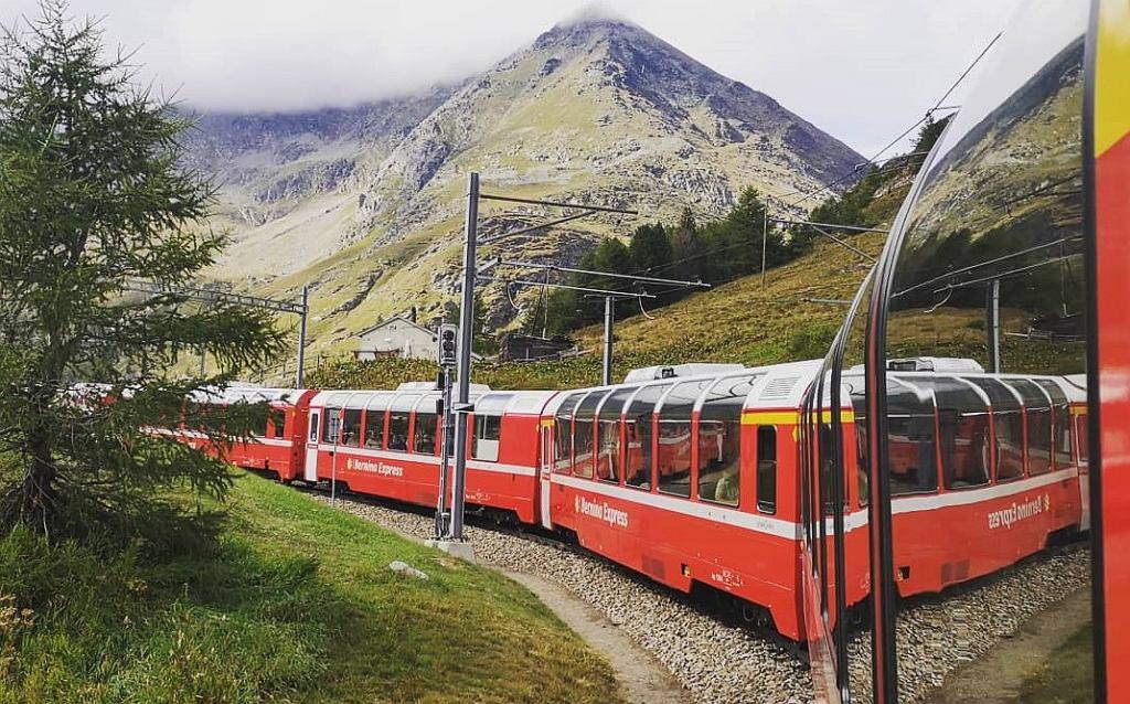 Szwajcaria. Panoramiczny ekspres Bernina kursuje w Gryzonii, między Chur a Tirano.