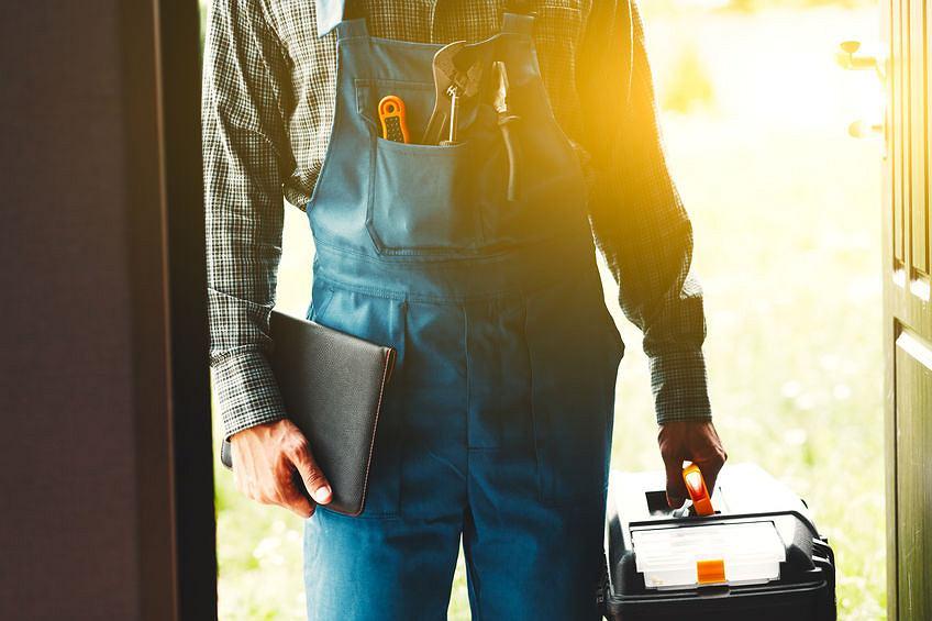 Sprzedawcy energii zdobywają klientów na prąd dzięki usługom dodatkowym takim jak wizyta elektryka czy ślusarza