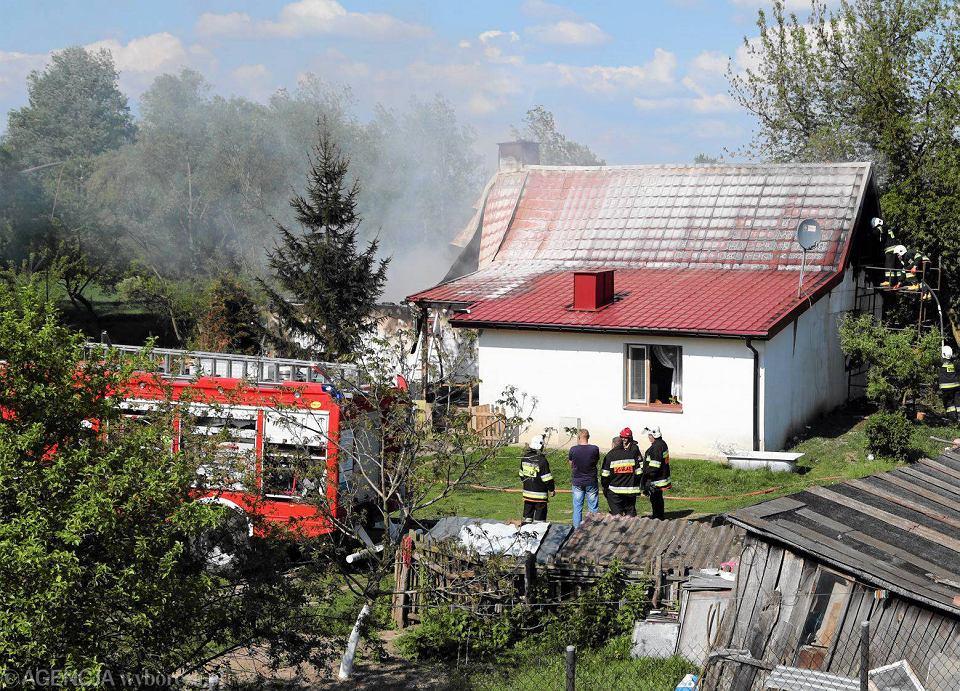 Zdjęcie numer 6 w galerii - Pożar domu w Białobrzegach. Gasiło go sześć zastępów straży [FOTO]