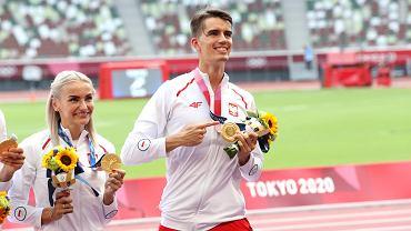 Tokio 2020. Kajetan Duszyński (na pierwszym planie) ze złotym medalem olimpijskim