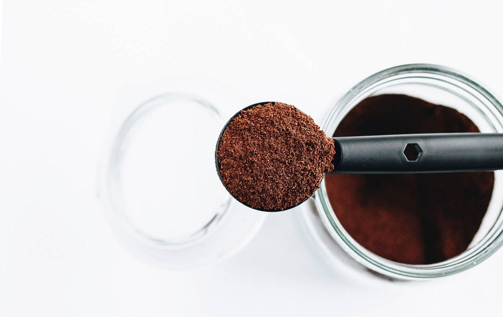Mielonej kawy nie warto kupować na zapas, ponieważ po otwarciu opakowania szybko traci swój aromat