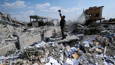 Syryjski żołnierz filmuje zbombardowane CERS w Damaszku