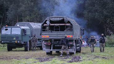 Straż Graniczna, wojsko i policja od kilkunastu dni przetrzymują pod gołym niebem migrantów na granicy polsko-białoruskiej. Nie dopuszczają do nich pomocy, ich pełnomocników, dziennikarzy... Białorusini nie pozwalają im się cofnąć. Unsarz Górny, 17 sierpnia 2021