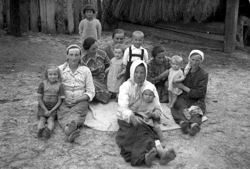 Niedzielne popołudnie w Siemnicach. W centrum Anna Chudyga, babcia z wnuczkiem rozstrzelana przez Niemców. Fot. Muzeum Zamojskie w Zamościu / Feliks Łukowski