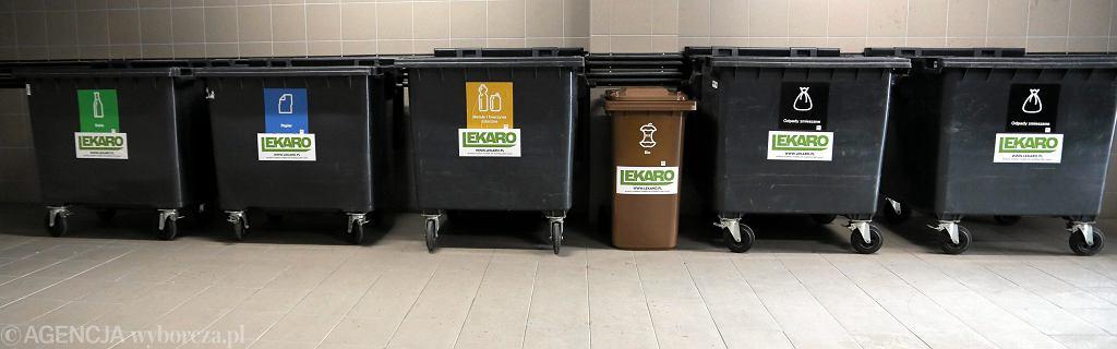Ekipa firmy Lekaro dostawia nowe kosze do segregacji śmieci. Od poczatku roku 2019 obowiązują osobne pojemniki na odpady BIO, papier, metal i zmieszane. Kontenery są oznaczone kodem i chipowane. Warszawa, ul. Jugosławiańska, 3 stycznia 2018
