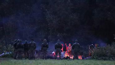 Migranci przetrzymywani od kilkunastu dni pod gołym niebem na granicy polsko - białoruskiej. Straż graniczna nie wpuszcza ich do Polski, a białoruscy pogranicznicy nie pozwalają im się cofnąć. Usnarz Górny, 18 sierpnia 2021