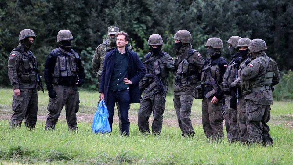 Poseł Franciszek Sterczewski zatrzymany przez funkcjonariuszy Straży Granicznej, gdy próbował dostarczyć żywność uchodźcom, przetrzymywanym na granicy w Usnarzu Górnym, 24 sierpnia 2021 r.