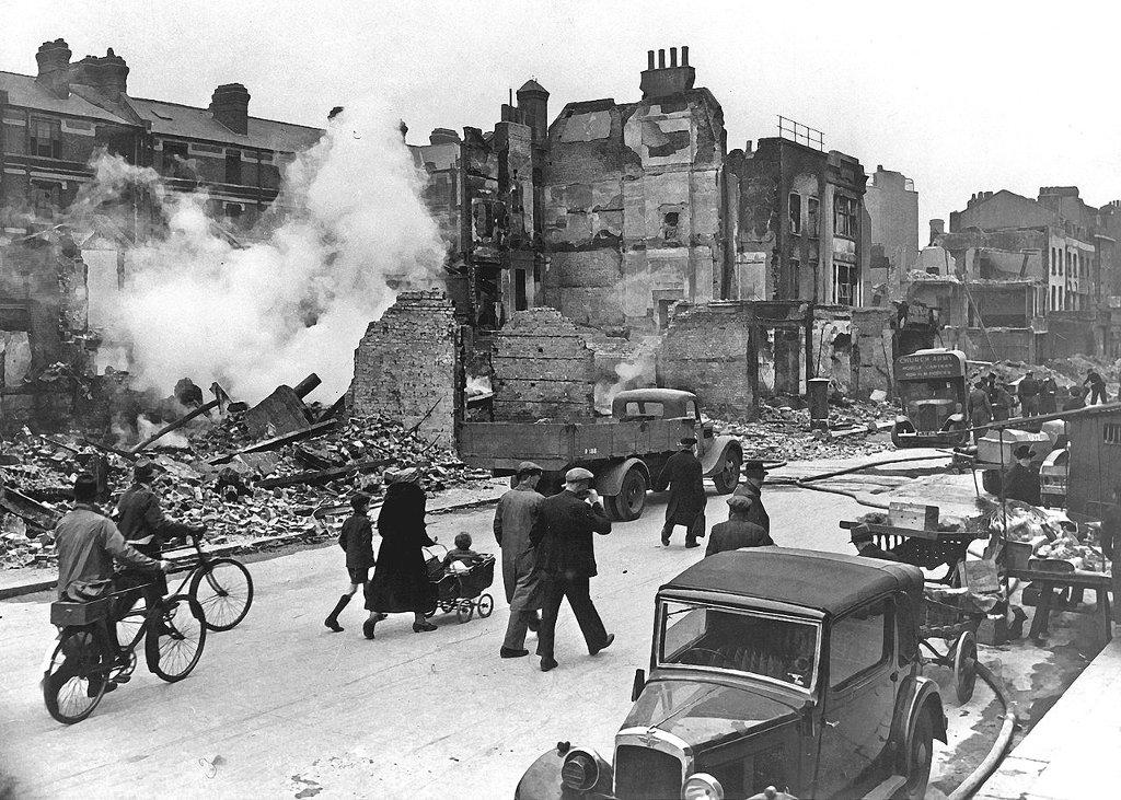 Londyn zniszczony bombardowaniami (fot. US Government / public domain)