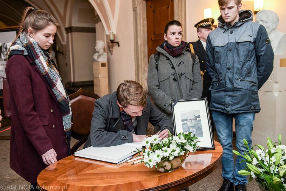 Wrocław uhonoruje Pawła Adamowicza. Po jego zabójstwie, wrocławianie wpisywali się do wyłożonej w ratuszu księgi kondolencyjnej.