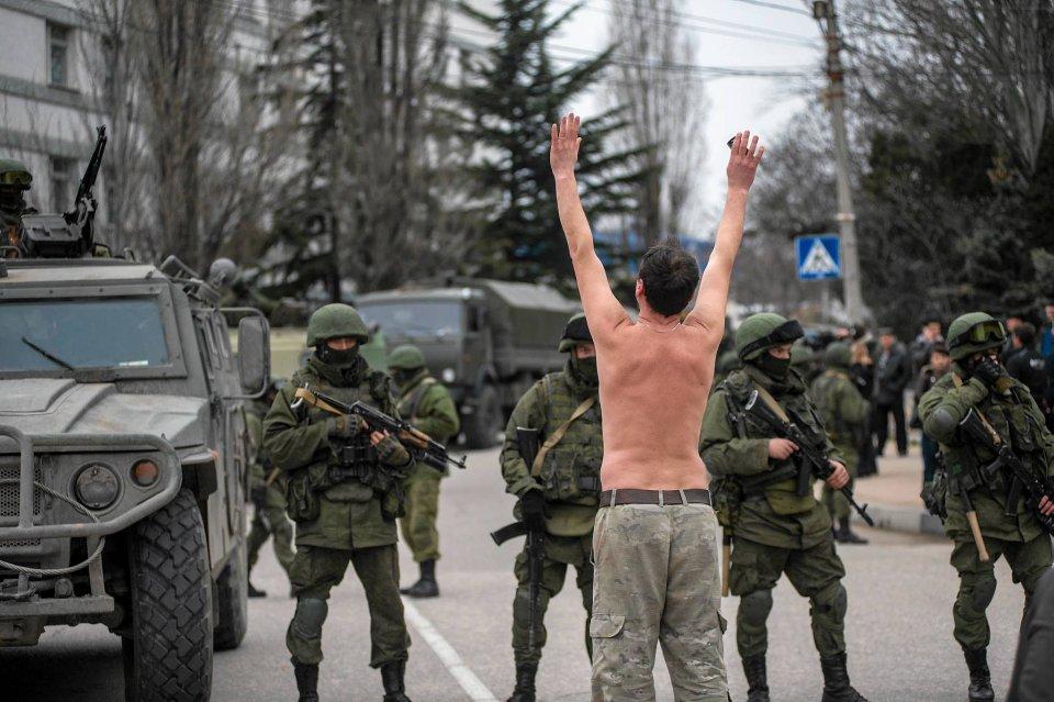 Półnagi Ukrainiec protestuje przeciwko obecności obcych wojsk w Bałakławie, na obrzeżach Sewastopolu
