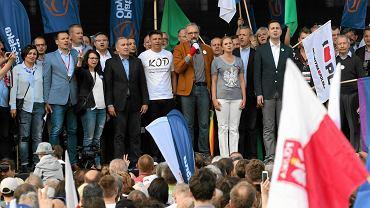 Związek Nauczycielstwa Polskiego wziął udział w marszu opozycji i KOD 7 maja w Warszawie. Nauczyciele protestowali m.in. przeciwko upolitycznianiu edukacji. Związek za decyzję polityczną uznaje m.in. wycofanie się przez PiS z obowiązku szkolnego dla sześciolatków, czego efektem są teraz zwolnienia nauczycieli