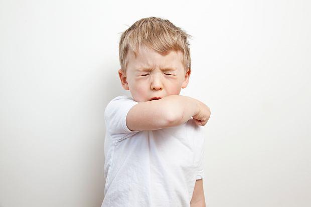 Zapalenie oskrzeli u dziecka - jakie są objawy i powikłania choroby? Jak odróżnić je od astmy?