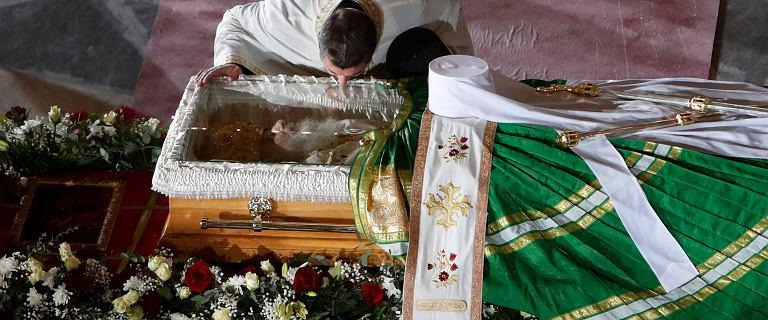 Wierni całują zmarłych na COVID-19 biskupów przed pochówkiem. Setki zakażeń