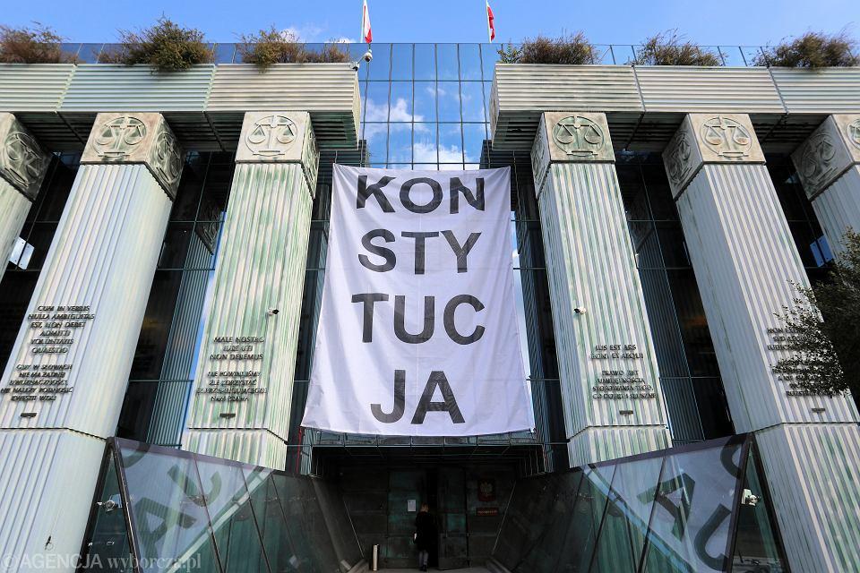 Baner 'Konstytucja' na budynku Sądu Najwyższego. Warszawa, 8 października 2018