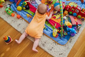 Pierwsze zabawki dla małego dziecka. Cztery sprawdzone gadżety, które zainteresują niemowlę i wspomogą jego rozwój