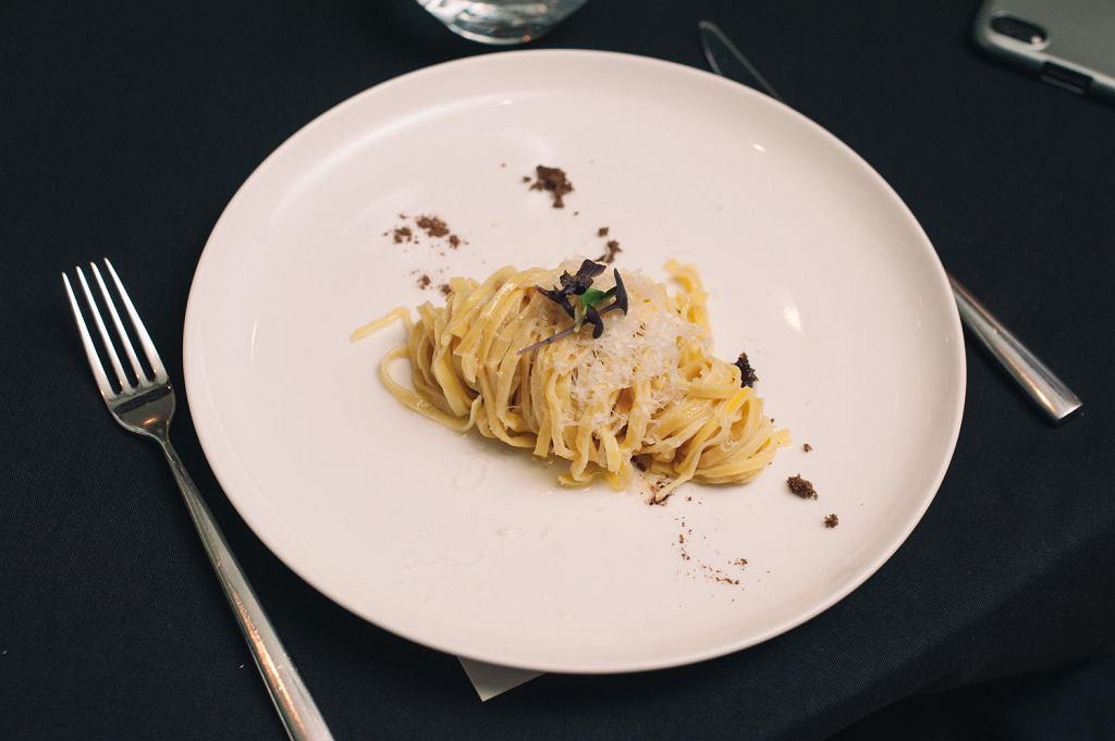 Vermicelii z szałwią i cynamonem, wiórkami sera Pecorino Toscano oraz surowym cukrem trzcinowym
