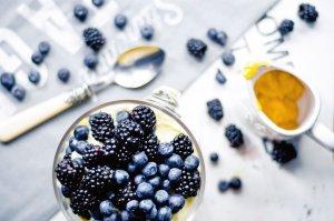 Trifle z jeżynami, borówkami i kremem cytrynowym