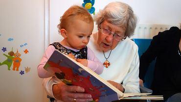 W polskim modelu rodziny babcie często opiekują się wnukami, kiedy rodzice pracują
