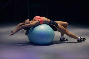 Jak ćwiczyć mięśnie brzucha z piłką gimnastyczną? Przykładowy trening z piłką gimnastyczną