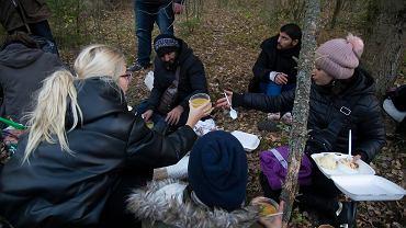 Grupa 13 Jezydów (w tym czworo dzieci) ukrywała się w lesie pod wsią Bachury. Nakarmili ich miejscowi mieszkańcy, a aktywistki z Fundacji Ocalenie opatrzyły rany na stopach