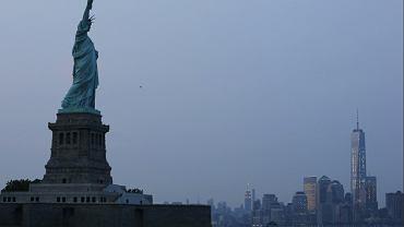 Statua Wolności, w tle panorama Nowego Jorku