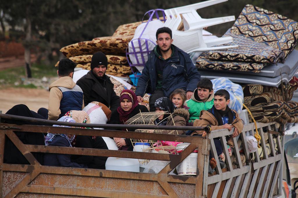 Syryjczycy uciekają przed walkami w prowincji Idlib na północnym zachodzie kraju