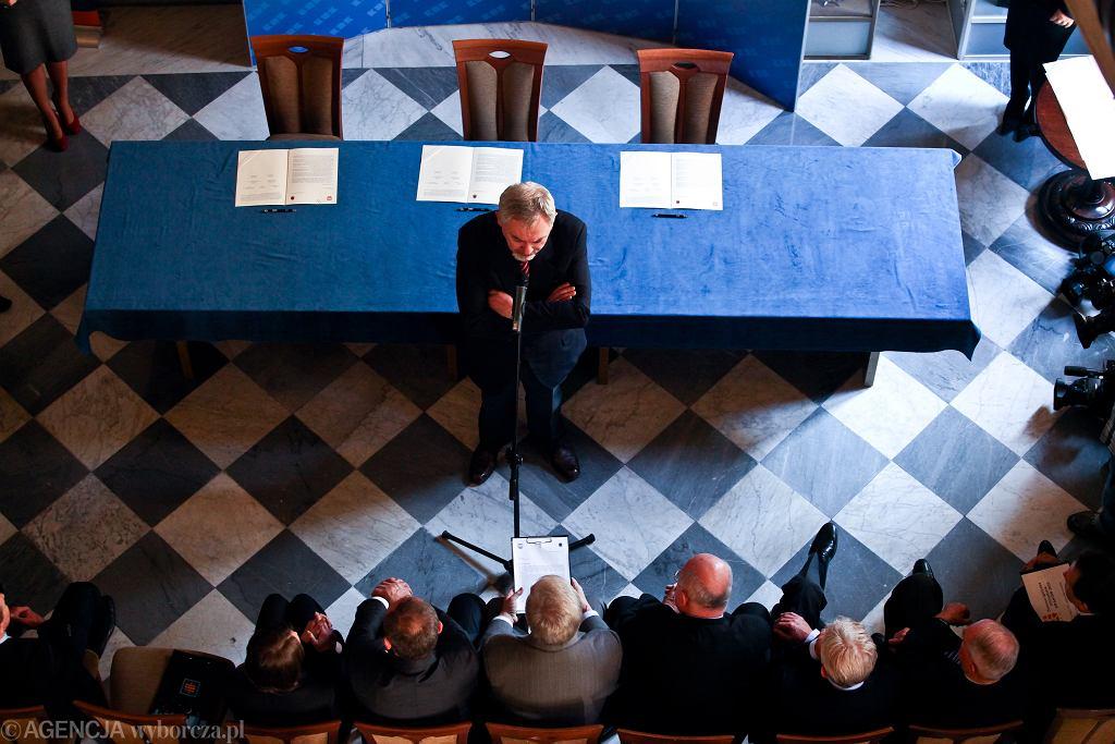 Prezydent Krakowa Jacek Majchrowski podczas uroczystego podpisania