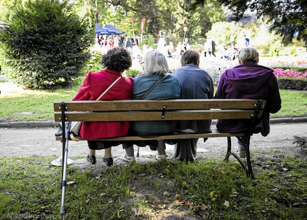 Wszyscy eksperci podkreślają, że w obliczu zagrożenia koronawirusem najbardziej powinny na siebie uważać osoby starsze. Najlepiej, żeby pozostały w domach. Najszybciej pomoże wtedy dobry sąsiad/Zdjęcie ilustracyjne