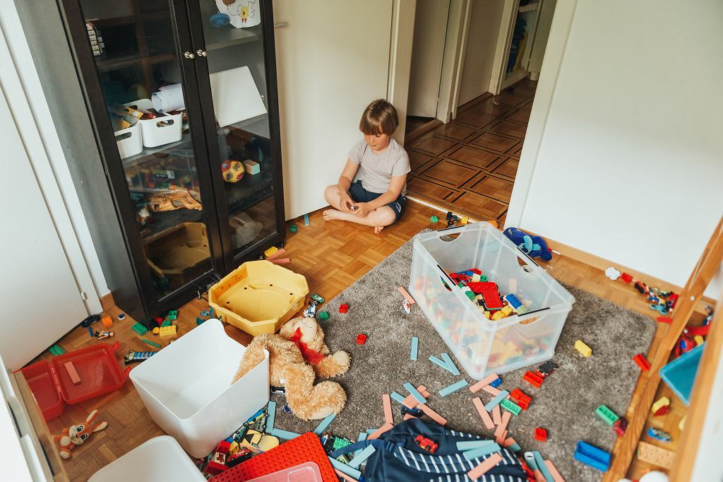 2Indoor,Portrait,Of,A,Child,Playing,In,A,Very,Messy
