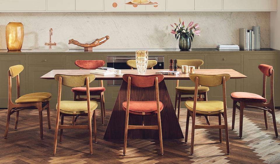 Kultowe krzesło 200-190 projektu Rajmunda Teofila Hałasa, które ponownie do produkcji wprowadziła marka 366 Concept.
