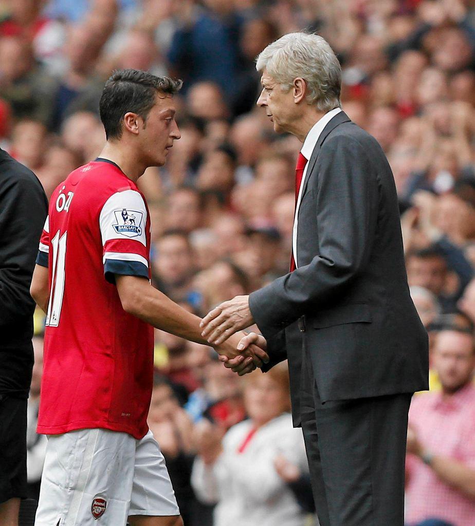 Arsene Wenger (z prawej) i Mesut Oezil