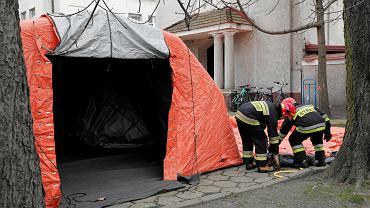 Wojewódzki Szpital Zakaźny przy ul. Wolskiej. Strażacy w ramach przygotowań do epidemii koronawirusa rozkladają polowe izby przyjęć