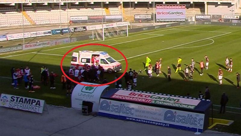 Patryk Dziczek zasłabł w trakcie meczu Serie B. Został zabrany do szpitala.