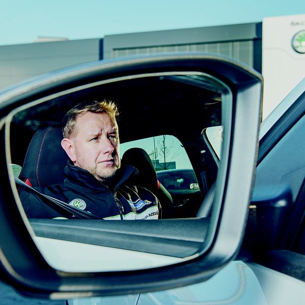 Łukasz Szterleja pracuje jako załoga rozpoznawania trasy podczas rajdów samochodowych.
