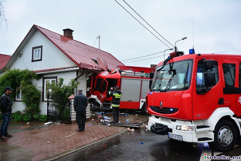 Wypadek w Sokółce. Samochód straży pożarnej uderzył w dom