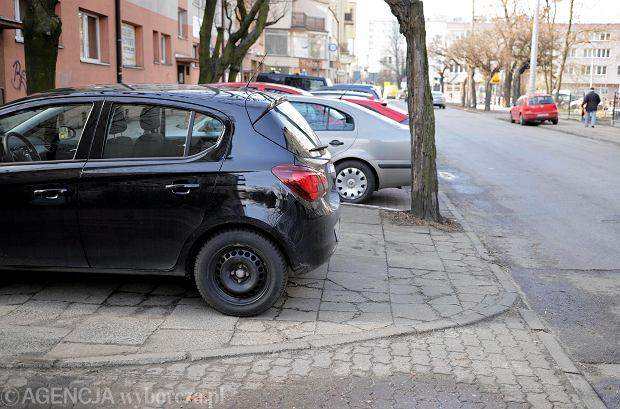 Parkowanie na chodniku wciąż dozwolone. Ministerstwo Infrastruktury krytykuje petycję stworzoną przez Miasto Jest Nasze