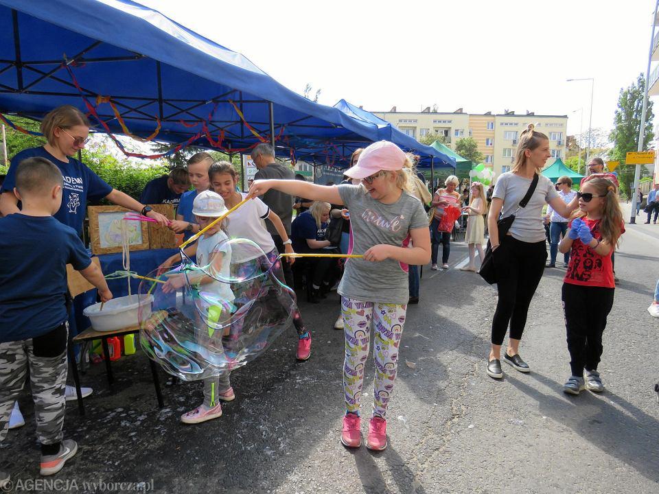 Zdjęcie numer 39 w galerii - Wielka zabawa na niezwykłej ulicy. Teatralna bawi się na całego [ZDJĘCIA]