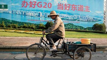 'Zorganizujmy szczyt G20 dobrze, bądźmy dobrym gospodarzem' - głosi hasło na propagandowym plakacie w Hangzhou. Na przygotowania do szczytu wydano dziesiątki miliardów dolarów - zbudowano olbrzymie centrum kongresowe, powstały nowe drogi, ulice i parki