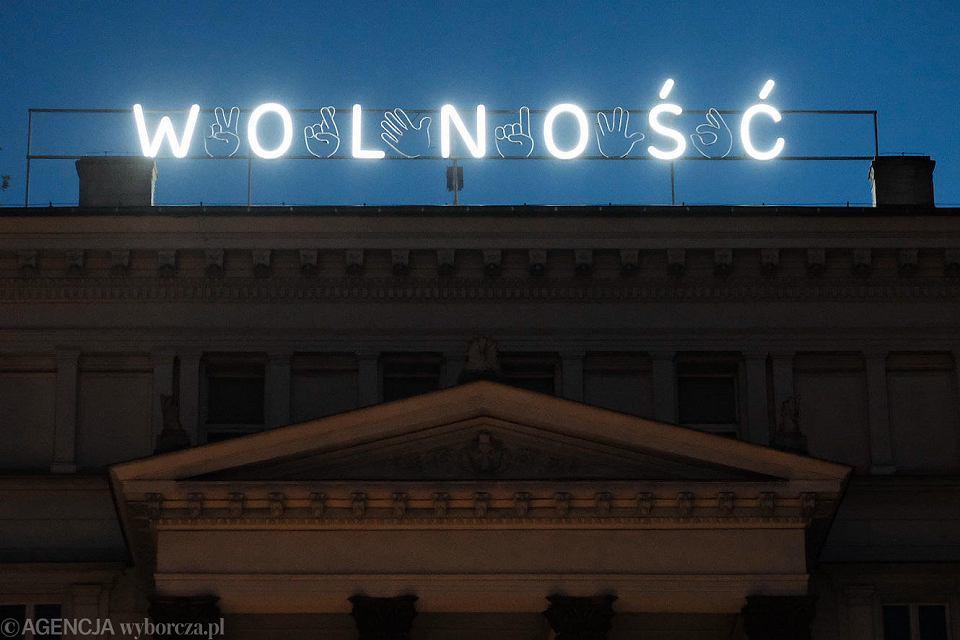 Neon z napisem Wolność na Placu Wolności w Poznaniu