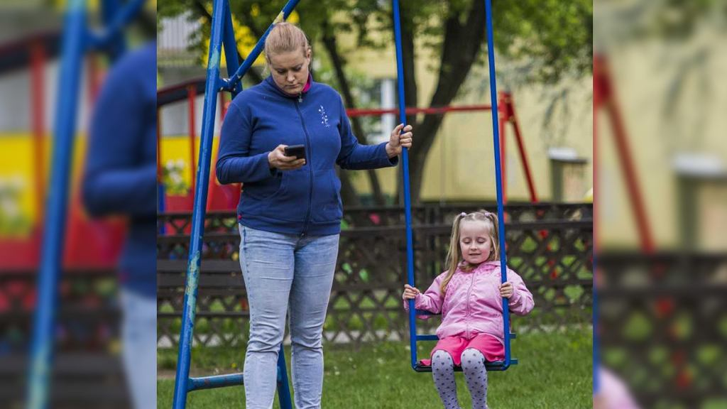 Kampania Fundacji 'Dwa Ognie' pokazuje, że wspólnie spędzany czas wcale nie jest wspólnie spędzanym czasem. Zwraca uwagę, że rodzice częściej, niż swoimi dziećmi, zainteresowani są tym, co dzieje się w wirtualnym świecie