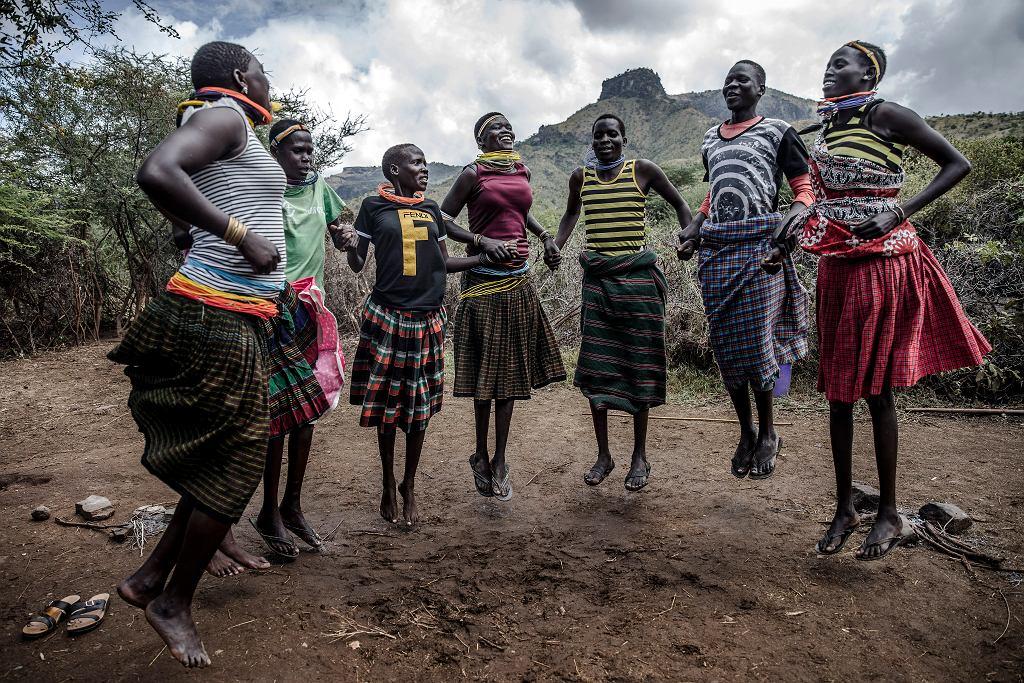 Młode Ugandyjki w rytualnym tańcu, 30 stycznia 2020  r.
