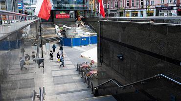 Plac Stulecia w Sosnowcu. W roku 2020 trwała tutaj naprawa kaskadowej fontanny