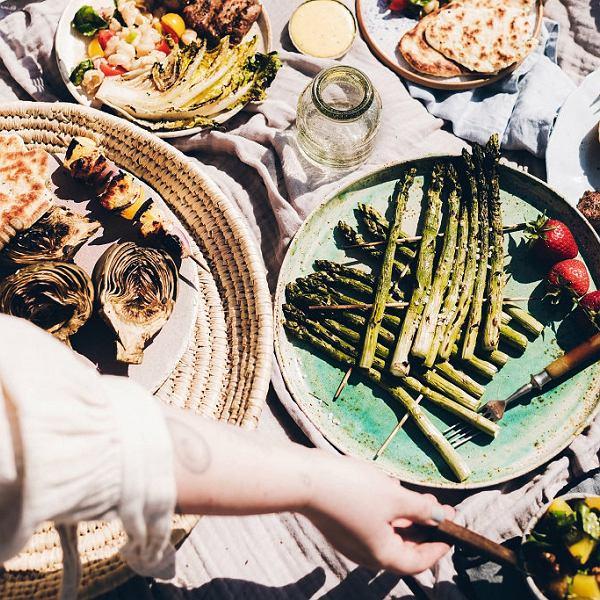 Grillowane szparagi, karczochy i sałatę przygotujesz w 15 minut