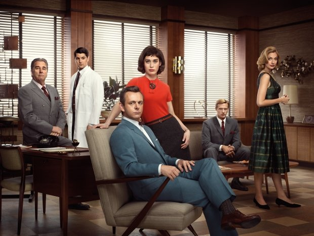 Nicholas D\Agosto as Dr. Ethan Haas, Michael Sheen as Dr. William Masters, Lizzy Caplan as Virginia Johnson, Teddy Sears as Dr. Austin Langham and Caitlin Fitzgerald as Libby Masters in Masters of Sex (season 1) - Photo: Erwin Olaf/SHOWTIME - Photo ID: MOS1_PR04_WAITSIX_4C_300