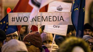 Protest w obronie wolnych mediów i wolnej Polski zorganizowany przez członków Komitetu Obrony Demokracji, 2016 r.