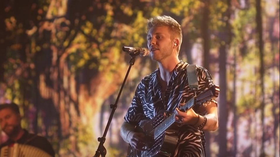 'Gorgeous! Hunter Metts Melts Our Hearts With This Tarzan Hit! - American Idol 2021'