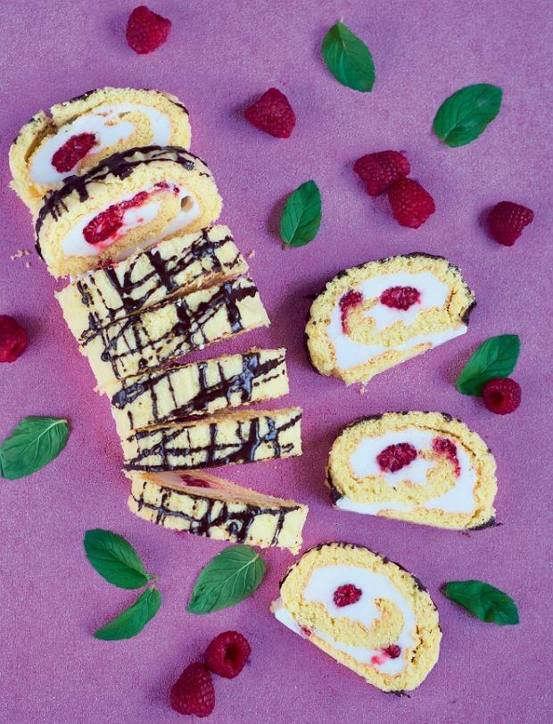 Rolada z malinami to doskonały pomysł na niskokaloryczny deser