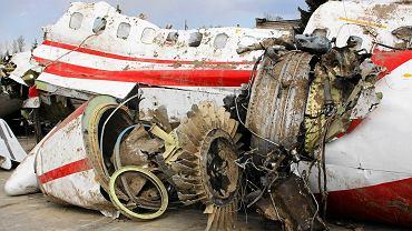 Komisja bada wrak prezydenckiego samolotu Tupolew TU - 154m na lotnisku w Smoleńsku