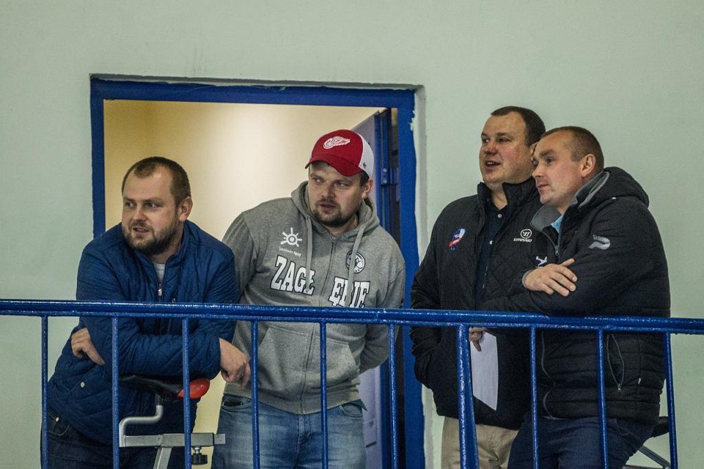 Tomasz Majewski (dyr. piłkarskiego Zagłębia), Piotr Majewski (dyr. hokejowego Zagłębia), oraz trenerzy Artur Ślusarczyk i Grzegorz Klich na Stadionie Zimowym w Sosnowcu