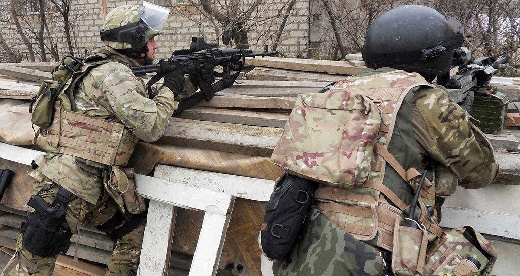Pracownicy Federalnej Służby Bezpieczeństwa podczas operacji specjalnej w Machaczkale